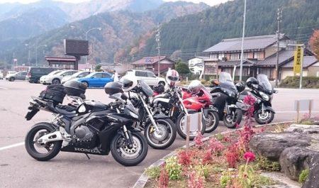 07.バイクを並べた写真