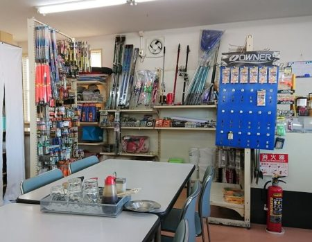 07.釣り具や魚の餌も販売している写真