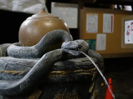 08.御手水の蛇