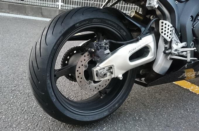 バイクのリヤタイヤ写真