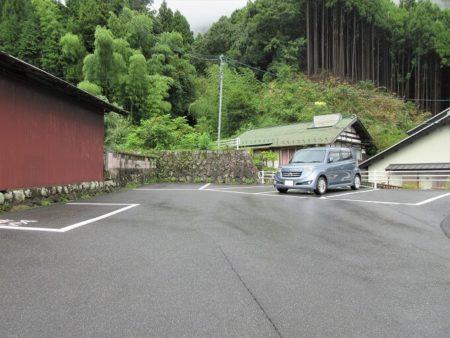 16.黄色いのれん(駐車場)の写真