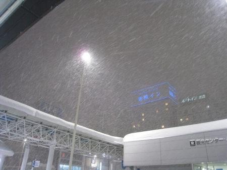 13.吹雪きの青森駅の写真