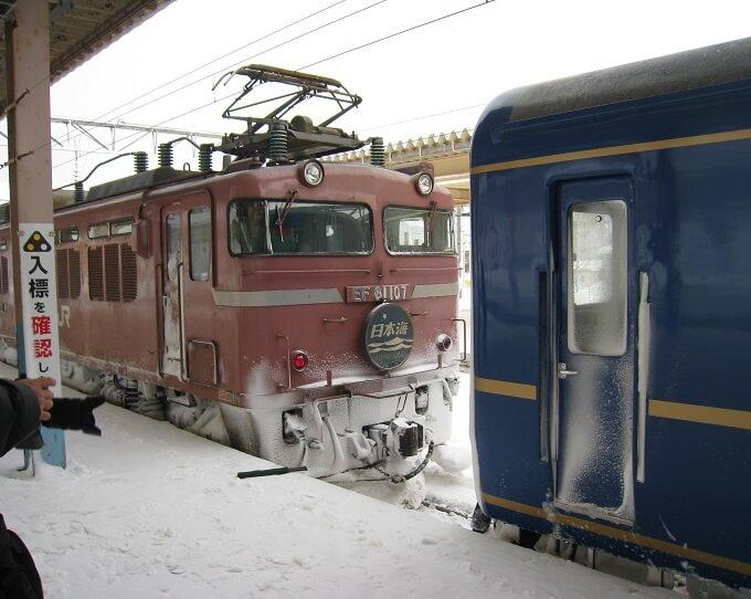 16.青森駅で機関車切り離しシーンの写真
