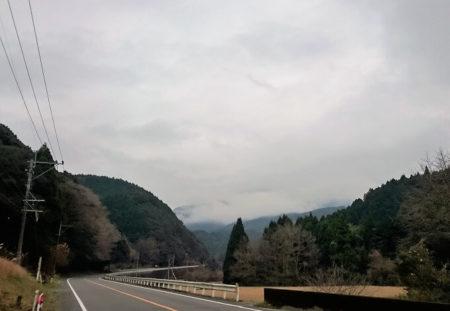 02.天気が崩れそうな峠道の写真
