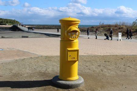 02.黄色いポストの写真