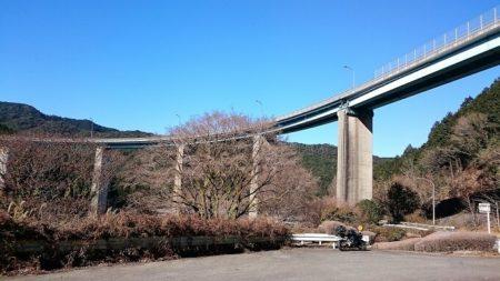 06.峠に掛かる橋の写真