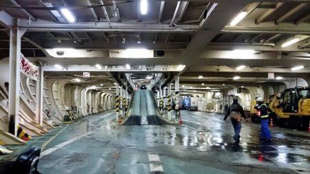 06.宮崎カーフェリー車両甲板の写真