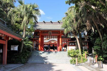 08.青島神社 本殿へ続く門の写真