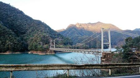 11.ダム湖にかかる橋の写真