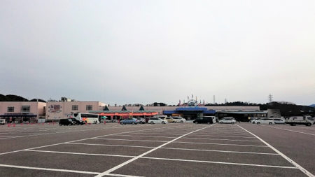 02.広大な駐車場の写真