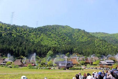 06.村全体に水柱が立つ写真