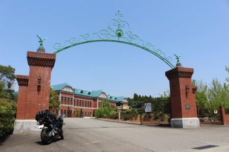 21.日本自動車博物館の門の写真