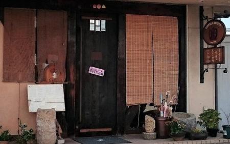 04.焼板の開き戸の写真