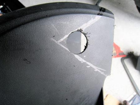 09.ホルソーで開けた穴の写真