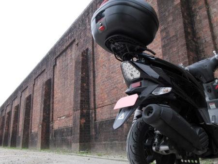 03.奈良少年刑務所の塀とGTR125の写真