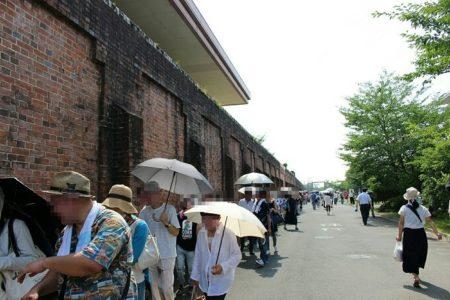 05.塀沿いに並ぶ人々の写真