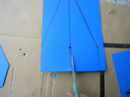 09.樹脂板を加工する写真