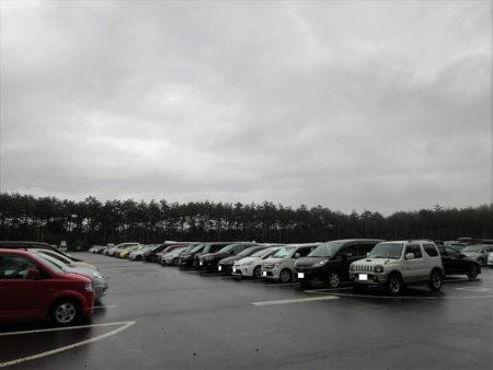 03.駐車している多くの車の写真