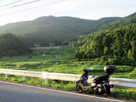 03.棚田と近鉄電車の写真