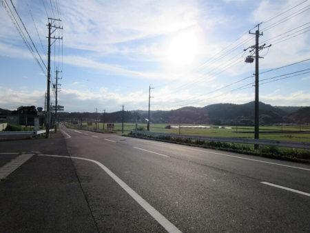 05.国道165号線の一直線な道の写真