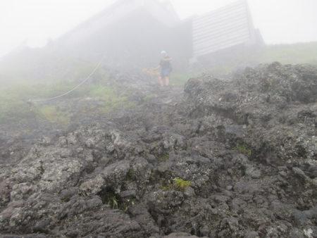 13.岩肌を登る写真