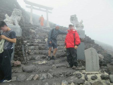 16.富士山の頂上で記念撮影をした写真