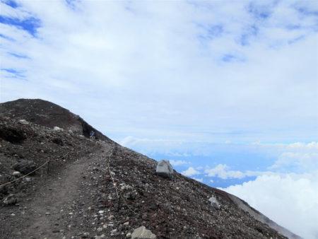 18.頂上から見える青空の写真