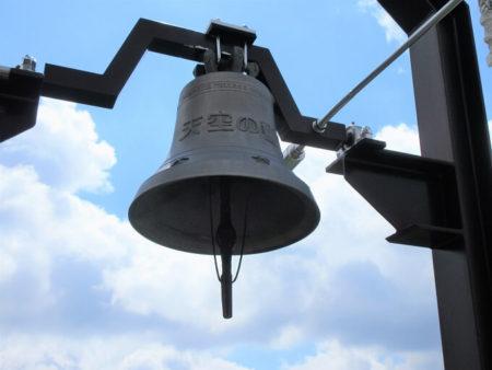 11.天空の響きと印字された鐘の写真