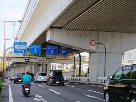 02.交通量が多い国道43号線の写真