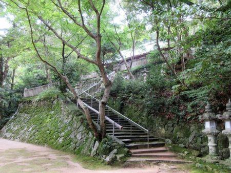 10.石垣の上にある拝殿の写真