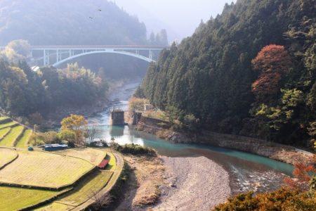 14.綺麗な水が流れる川の写真