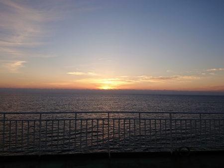01.フェリーから見る日の出の写真