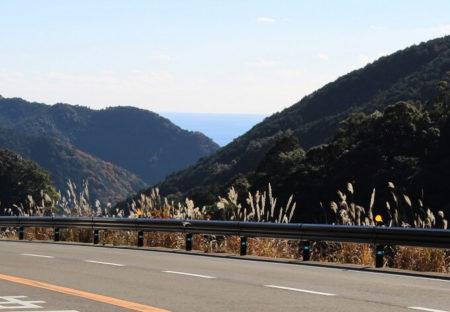 04.国道42号線から見えた海の写真