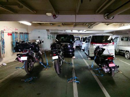 07.車両甲板に駐輪したバイクの写真