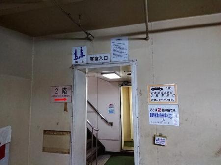 08.客室へと続く階段入口の写真