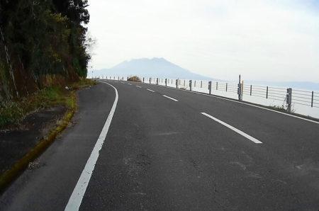 09.海岸線から見る桜島の写真