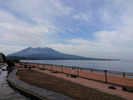 18.足湯に入りながら見る桜島の写真