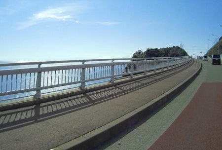 04.溶岩道路から見える海の写真