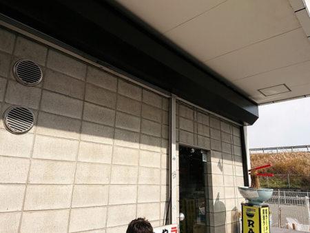 05.丸花ラーメン外壁に写真
