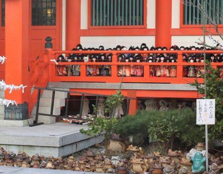 05.加太 淡島神社拝殿に祀られる人形の写真