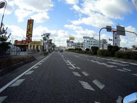 10.のんびり街中を走る写真