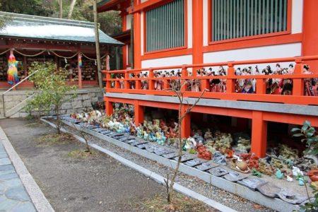 18.加太 淡島神社拝殿に祀られる人形の写真(2)