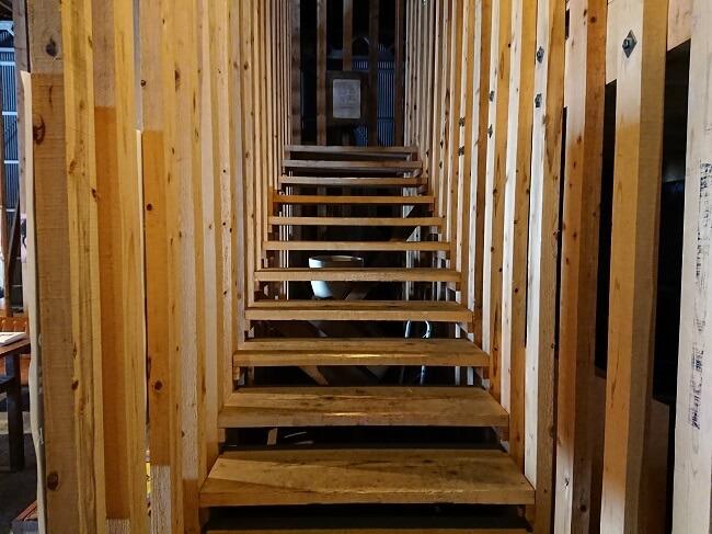 09.二階へと続く階段の写真