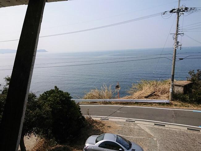 14.窓から見える海の写真