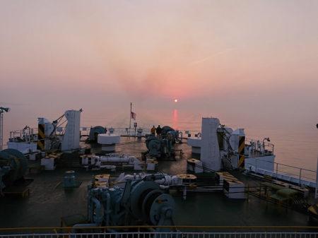 01.フェリーから見る朝日の写真