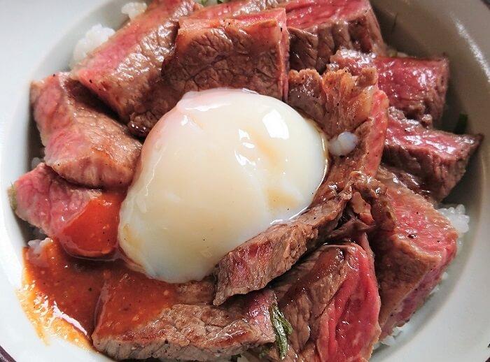 01.気まぐれあか牛丼(ドアップ)の写真
