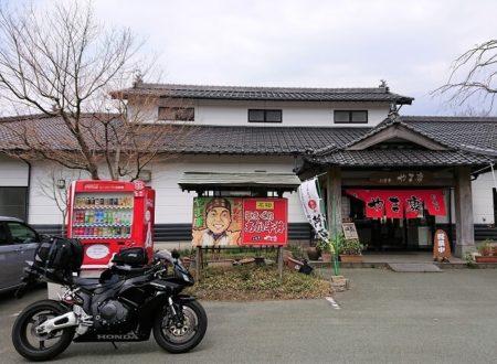 02.やま康店舗とCBRの写真
