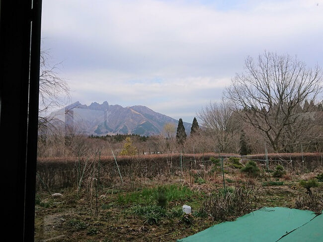 09.窓から見える根子岳の写真