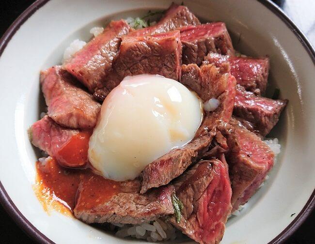 13.気まぐれあか牛丼の写真
