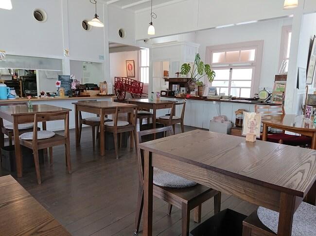 09.館内テーブルの様子の写真